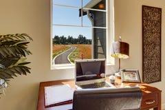 Área de la oficina en sala de estar brillante con la ventana Fotos de archivo