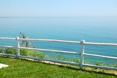 Área de la opinión del mar con la cerca de madera en el hotel de lujo moderno Imagenes de archivo