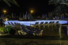 Área de la piscina en la noche Fotografía de archivo