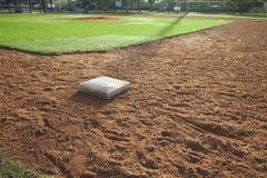 Área de la pista de aterrizaje del campo de béisbol con la primera base en el primero plano fotos de archivo