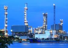 Área de la planta de refinería en el panorama crepuscular imagen de archivo libre de regalías