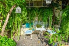Área de la relajación en diseño moderno del jardín Foto de archivo libre de regalías