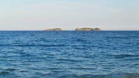 Área de las tres islas en Turquía, región Antalya, Kemer, visión del salto desde la playa almacen de video