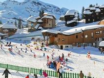 Área de los niños del esquí en la ciudad de Avoriaz en las montañas, Francia Fotos de archivo