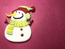 Área de mensaje vacío con la figura del muñeco de nieve como papel de nota en fondo oscuro y rosa claro Imágenes de archivo libres de regalías