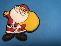 Área de mensaje vacío con la figura de la Navidad del padre como papel de nota o tablero de mensajes en fondo azul Fotografía de archivo libre de regalías