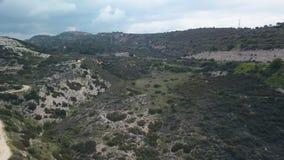 Área de montaña que sorprende en Chipre en el día de verano, visión aérea almacen de video