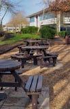 Área de picnic al lado de algunos edificios de oficinas en un parque empresarial Foto de archivo libre de regalías