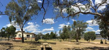 Área de picnic en el parque de la reconstrucción del estado de Wyangala cerca de Cowra en el país Nuevo Gales del Sur Australia Fotografía de archivo libre de regalías