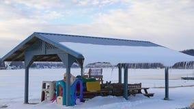 Área de piquenique congelada da beira do lago Fotografia de Stock