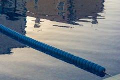 Área de piscina con una marca del área del no-nadador para el baño seguro fotografía de archivo