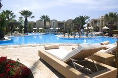 Área de piscina de lujo del centro turístico de vacaciones Foto de archivo