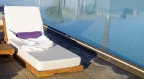 Área de piscina del centro turístico de lujo del balneario Fotos de archivo libres de regalías