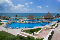 Área de piscina del centro turístico de vacaciones foto de archivo