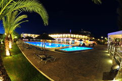 Área de piscina del centro turístico encendida en la noche Imagen de archivo