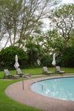 Área de piscina del hotel fotos de archivo libres de regalías