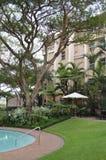 Área de piscina del hotel fotografía de archivo
