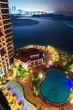 Área de piscina tropical en la noche Foto de archivo libre de regalías