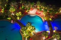 Área de piscina tropical en la noche Imágenes de archivo libres de regalías