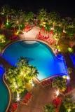 Área de piscina tropical en la noche Imagen de archivo libre de regalías