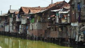 Área de precário no riverbank em Jakarta indonésia filme
