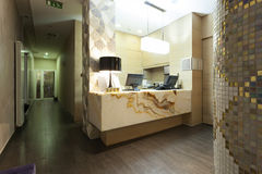 Área de recepção com a mesa de recepção de mármore Imagens de Stock