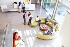 Área de recepção do prédio de escritórios moderno com povos Imagem de Stock