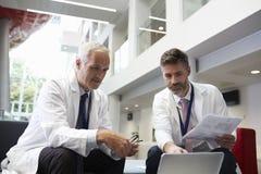 Área de recepción de los dos doctores Having Meeting In Hospital imágenes de archivo libres de regalías