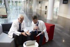 Área de recepción de los dos doctores Having Meeting In Hospital fotos de archivo