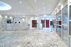 Área de recepción, puertas de entrada de cristal en el edificio de oficinas Imágenes de archivo libres de regalías