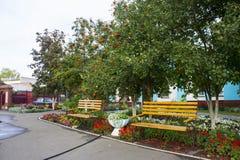 Área de recreação no território da igreja ortodoxa na cidade de Petrovsk imagens de stock royalty free
