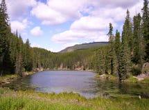 Área de repouso da beira do lago da montanha Imagens de Stock Royalty Free