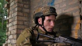 Área de sujeción subrayada del soldado en la misión de vaciamiento metrajes