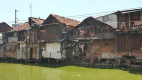 Área de tugurios en el riverbank en Jakarta indonesia almacen de video