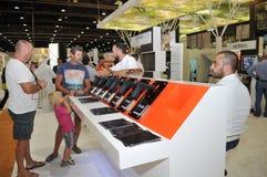 Área del armamento en Abu Dhabi International Hunting y la exposición ecuestre (ADIHEX) 2013 Foto de archivo libre de regalías
