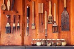 Área del Bbq con las herramientas que cuelgan en la pared Fotografía de archivo libre de regalías