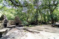 Área del bocado con las barbacoas y tablas y bancos de piedra para el picni imágenes de archivo libres de regalías
