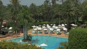 Área del centro turístico tropical con la piscina y el hotel almacen de metraje de vídeo