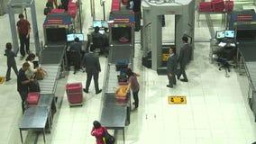 Área del control de seguridad en el aeropuerto de Suvanaphumi almacen de metraje de vídeo