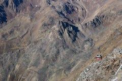 Área del esquí en Kurzras Maso Corto - visión desde arriba con el teleférico fotografía de archivo