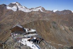 Área del esquí en Kurzras Maso Corto - vista del hotel Grawand del glaciar fotografía de archivo libre de regalías