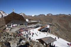 Área del esquí en Kurzras Maso Corto - vista del hotel Grawand del glaciar con el comienzo a esquiar piste imagen de archivo libre de regalías