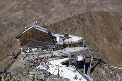 Área del esquí en Kurzras Maso Corto - vista del hotel Grawand del glaciar con el comienzo a esquiar piste foto de archivo