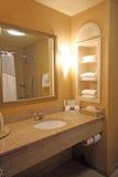Área del fregadero del cuarto de baño del hotel Foto de archivo libre de regalías