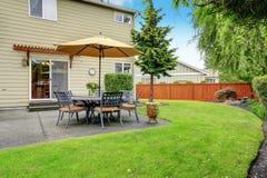 Área del patio con el sistema y el paraguas de la tabla Imagenes de archivo