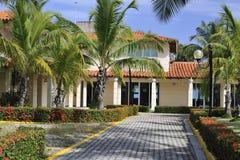 Área del restaurante en complejo del hotel de Blancas de las arenas de Barcelo Solymar en Varadero, Cuba Fotografía de archivo