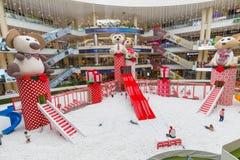 Área do entretenimento com decorações Santa Fe Medellin do Natal fotos de stock