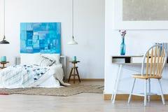 Área do escritório e pintura abstrata imagem de stock