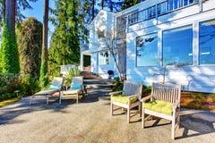Área do pátio do quintal com cadeiras, a passagem concreta e ajardinar desing Imagem de Stock Royalty Free