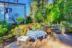 Área do pátio do quintal com desing ajardinando ajustado e agradável da tabela Imagem de Stock Royalty Free
